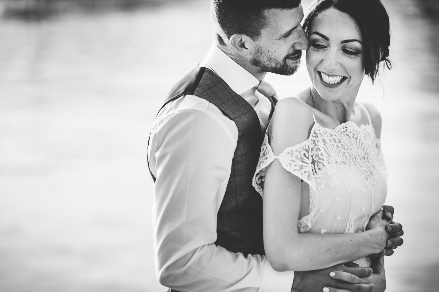 wedding couple cuddle lake garda